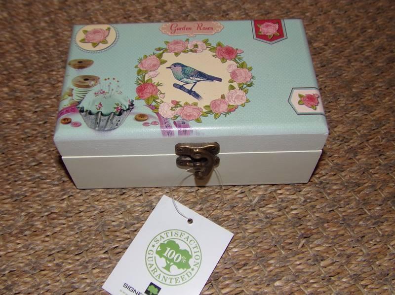 Boite-a-bijoux-a-couture-en-bois-decor-oiseau-dans-medaillon-garden-roses-Sign