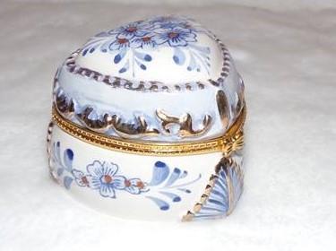 boite musique et bijoux coeur en porcelaine fleurs bleues ref 27107 ebay. Black Bedroom Furniture Sets. Home Design Ideas