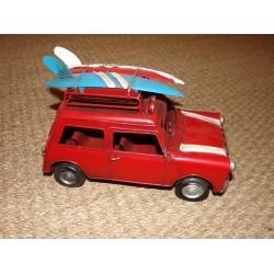 Véhicule rétro métal rouge mini avec planches de surf sur le toit