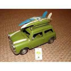 Véhicule rétro métal vert mini avec planches de surf sur le toit
