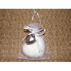 Coeur parfumé cannelle orange en platre dans pochette organza blanc décor coeur métal argenté