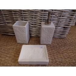 Coffret 4 accessoires salle de bain blanc fleurs relief modéle Annabelle Comptoir de famille