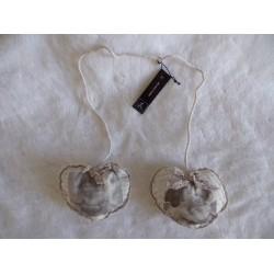 Suspension 2 coeurs tissu beige et dentelle décor ange Jline